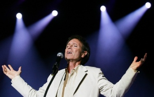 Sir Cliff Richard sings at his concert in Singapore, February 11, 2007. Photo: SPH/Gavin Foo
